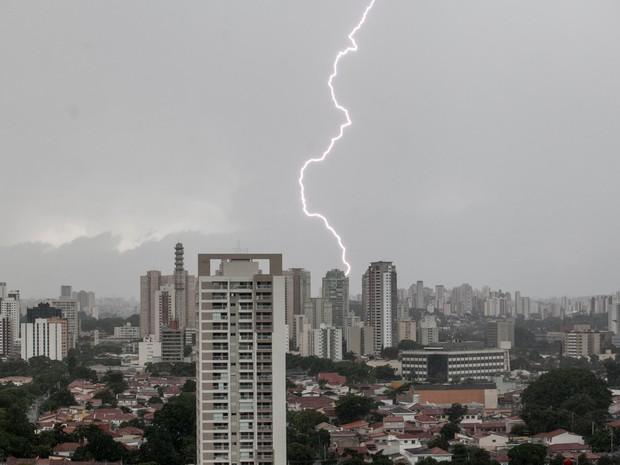 Raio atinge prédio durante chuva na tarde desta quinta-feira (25) na Zona Sul de São Paulo (Foto: Marcelo Brandt/G1)