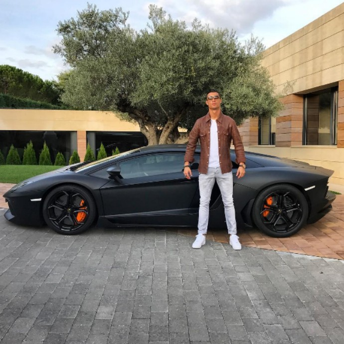 BLOG: CR7 sacoleiro e super-herói: foto com Lamborghini rende memes na web