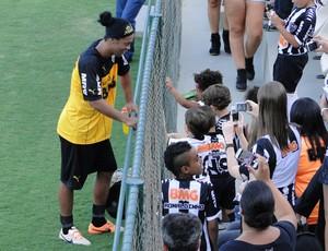 Ronaldinho conversa com crianças no ct do Atlético-MG (Foto: Léo Simonini)