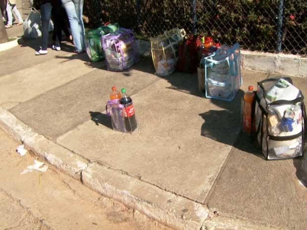 Sacolas com comida levada por parentes durante visita a presos do Ataliba Nogueira, em Campinas  (Foto: Reprodução EPTV)