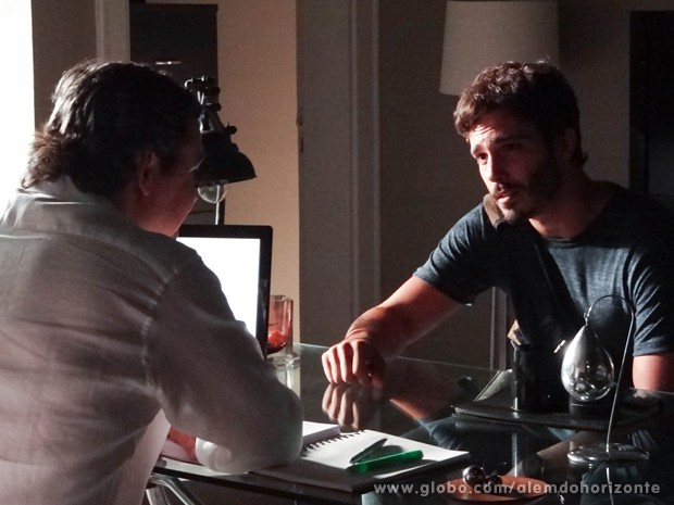 Líder Jorge convida William para uma reunião do Grupo (Foto: Além do Horizonte/TV Globo)