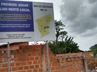 Placa de proibição de despejo de lixo é desrespeitada na Zona Norte