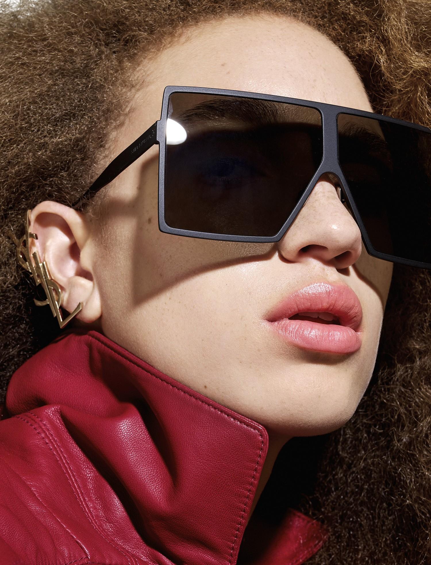 Jaqueta de couro, Tibi; brinco e óculos de sol, Saint Laurent via mytheresa.com. (Foto: Rui Faria)
