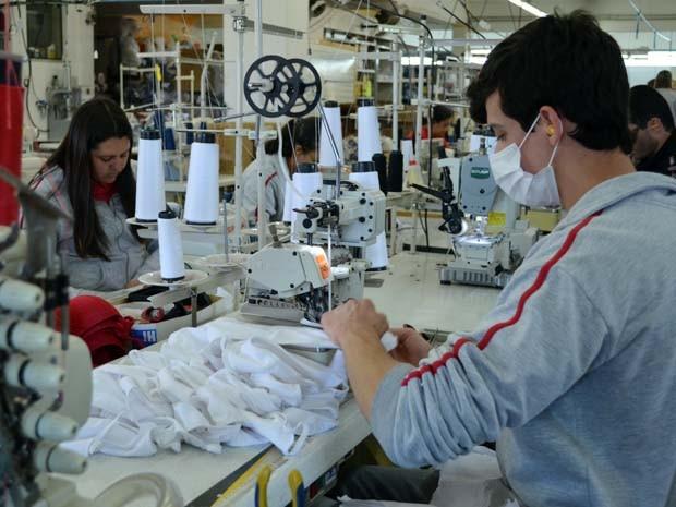 Para driblar falta de mão de obra, empresa treinou homens para a costura em Juruaia (Foto: Samantha Silva / G1)