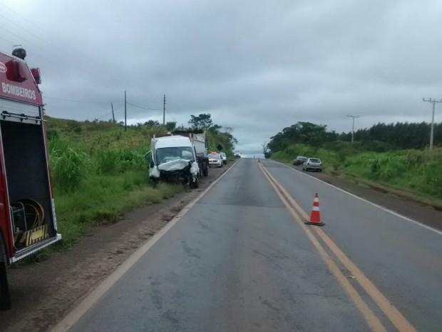 Carro bateu de frente com van na km 252 da SP-270 (Foto: Divulgação / Corpo de Bombeiros de Itaí)