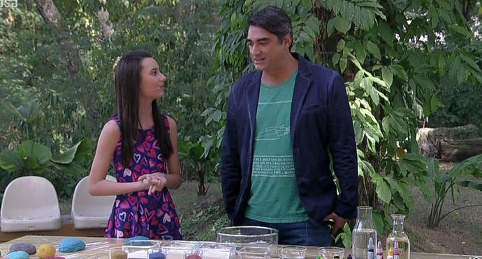 Blogueira mostra ingredientes para a massinha de modelar (Foto: TV Globo)