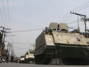 Policias do Batalhão de Operações Especiais (Bope) entram com tanques de guerra, do modelo M113, pilotados por fuzileiros Navais, na megaoperação na Vila Cruzeiro (Foto: Jadson Marques/AE)