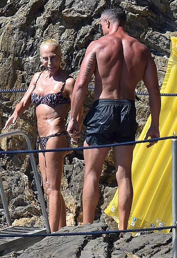 Donatella Versace e amigo fortão (Foto: AKM-GSI)