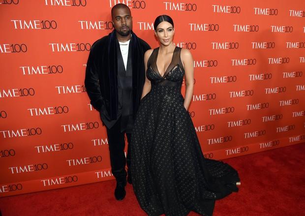 """Kim Kardashian e Kanye West em festa da revista """"TIME"""" em Nova York, nos Estados Unidos (Foto: Timothy A. Clary/ AFP)"""