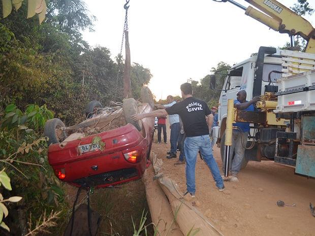 Homem teria tentado desviar de animal e caiu com o veículo no córrego. (Foto: MT Notícias)