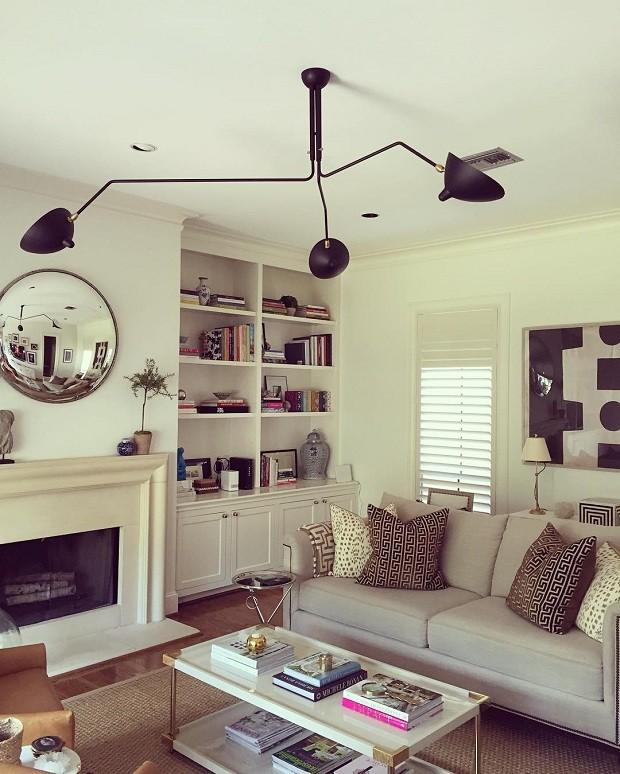 O tradicional caminha lado a lado com o moderno na decoração de Paloma Contreras. Na sala de sua casa, a designer apostou em um sofá com silhueta tradicional, móveis vintage, cores neutras e um toque moderno que ficou por conta do lustre  (Foto: Reprodução/Instagram)