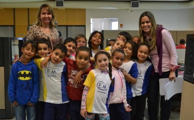 Mirielly de Castro e os alunos  (Foto: Reprodução / TV Diário)