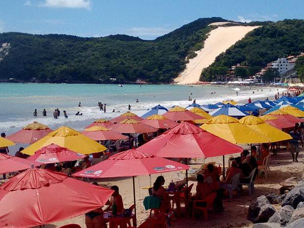 Praia de Ponta Negra ficou lotada neste domingo (06) (Foto: Marcela Zauli)