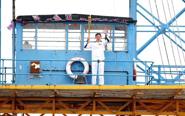 revezamento da tocha olímpica Londres no Middlesbrough Transporter Bridge (Foto: Getty Images)
