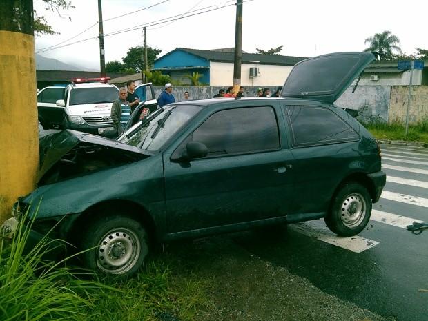 Suspeito colidiu com poste após tentar fugir dos policiais (Foto: Divulgação/Polícia Militar)
