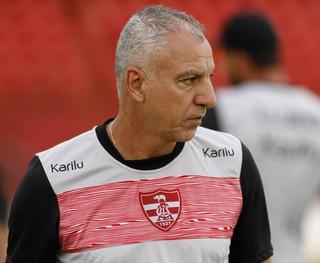 Técnico Márcio Fernandes, do Linense, durante treino (Foto: José Luis Silva / Ag. CA Linense)