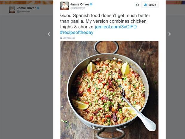 Em seu perfil no Twitter, o chef britânico postou sua polêmica versão da paella; na legenda, ele escreveu: 'Não há nada melhor na cozinha espanhola do que a paella. Minha versão combina coxas de frango suculentas, chorizo defumado e camarões' (Foto: Reprodução/Twitter/jamieoliver)