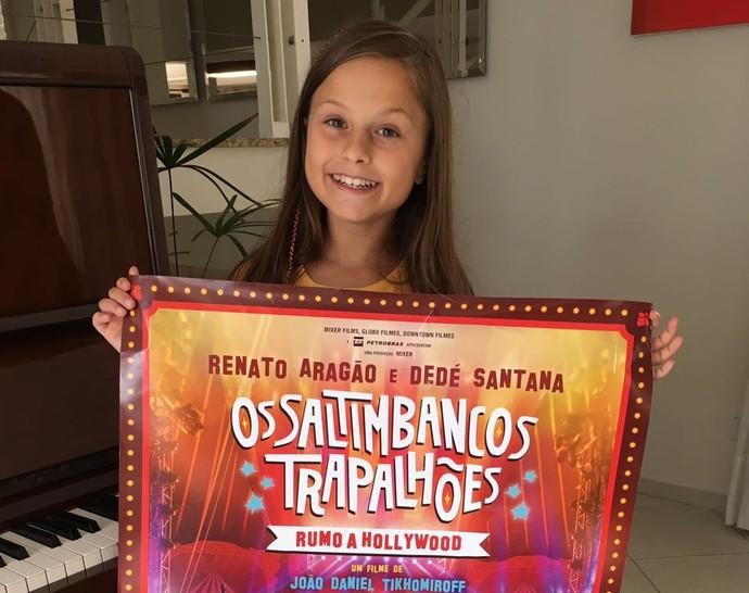 Rafa recebeu alguns mimos da produção do filme, entre eles, um cartaz do filme (Foto: arquivo pessoal)