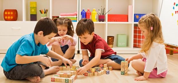Crianças brincando no chão (Foto: Shutterstock)