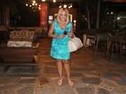 Susana Vieira usa vestido curto para jantar no Rio