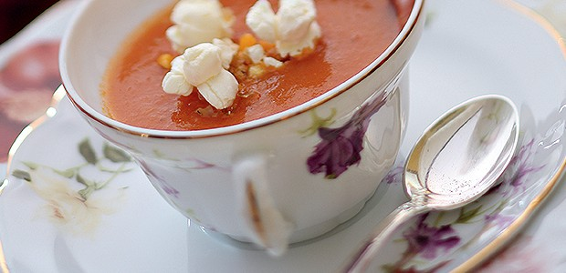 Creme de tomate com pipoca (Foto: Rogério Voltan/Editora Globo)