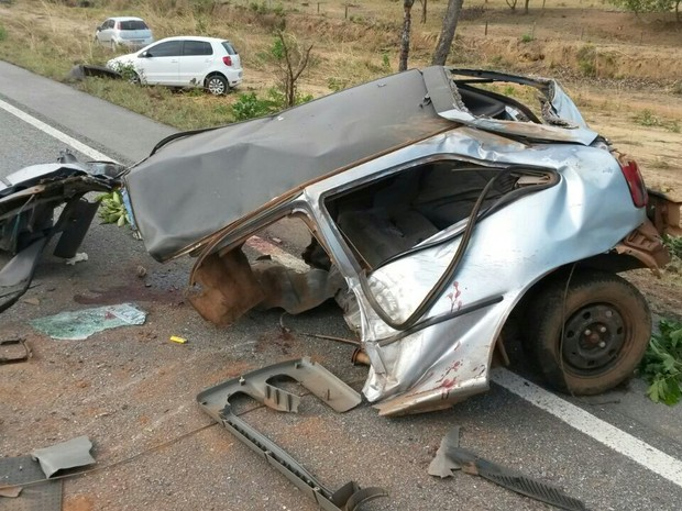 Carro partiu ao meio ao chocar contra caminhão na BR-242 (Foto: Tiago Souza/Divulgação)
