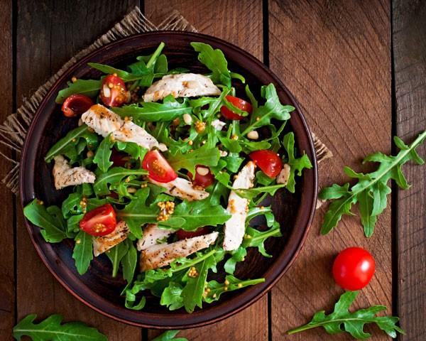 Pratos que contrastam com a comida são uma dica! (Foto: Think Stock)
