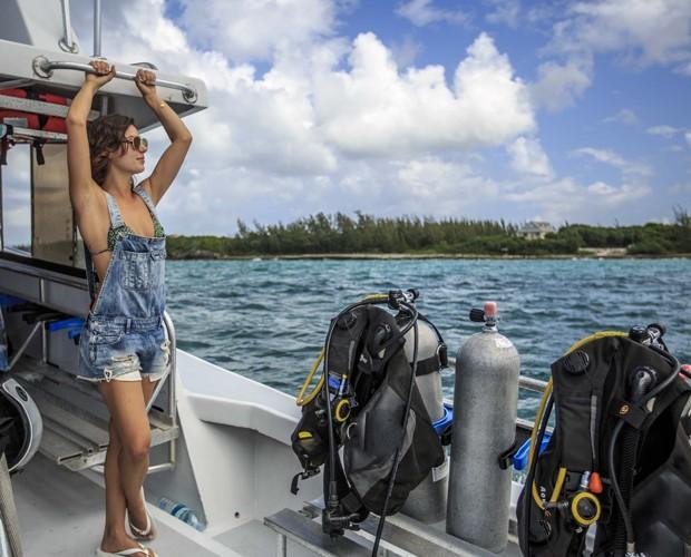 Isis Valverde mostra vocação para modelo até no barco em movimento! (Foto: Cristian Dimitrius)