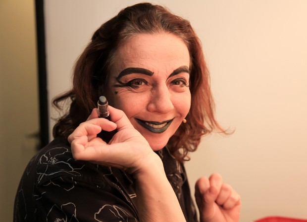 Rosi Campos durante o processo de caracterização. Maquiagem conta com batom preto (Foto: Marcos Ribas/Brazil News)
