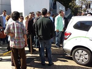Corpo de Rubem Alves saiu de Campinas em carro funerário (Foto: Leandro Filippi / G1)