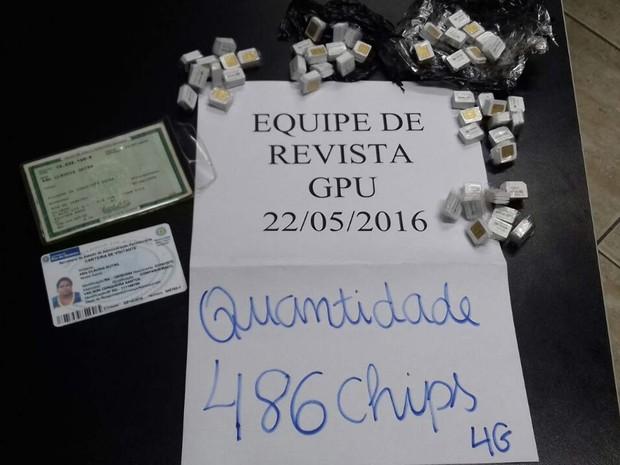 Agentes penitenciários apreendem 486 chips com visitante no Complexo Penitenciário de Gericinó (Foto: Divulgação/ Seap)