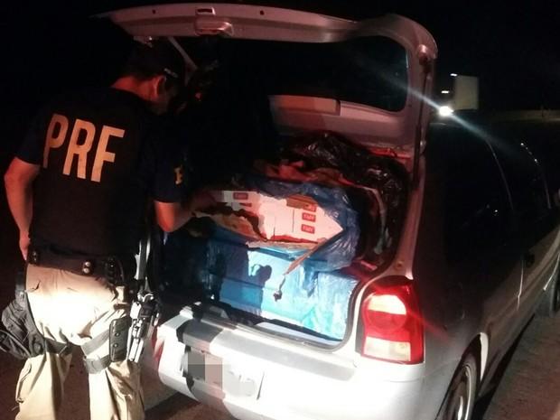 Carga de cigarros estava escondida dentro do carro (Foto: Polícia Rodoviária Federal/ divulgação)