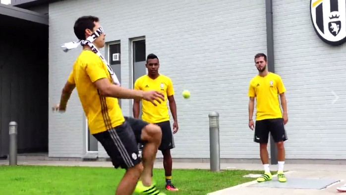 BLOG: Vendado, Hernanes mostra habilidade em embaixadinha com bolinha de tênis