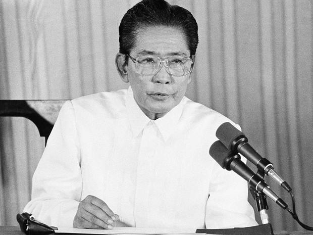 Ex-presidente Ferdinand Marcos em imagem de arquivo de 28 de fevereiro de 1986  (Foto: Jack Smith/AP)