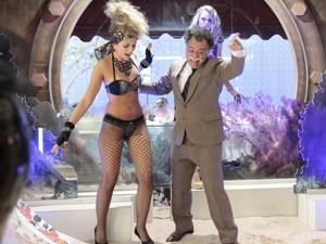 Ele expulsa modelos da vitrine (Foto: Guerra dos Sexos/ TV Globo)