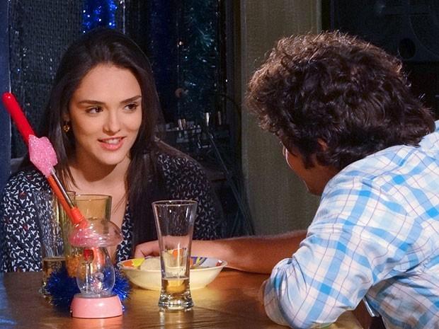 CIda aceita o convite e toma um chope com Elano (Foto: Cheias de Charme / TV Globo)