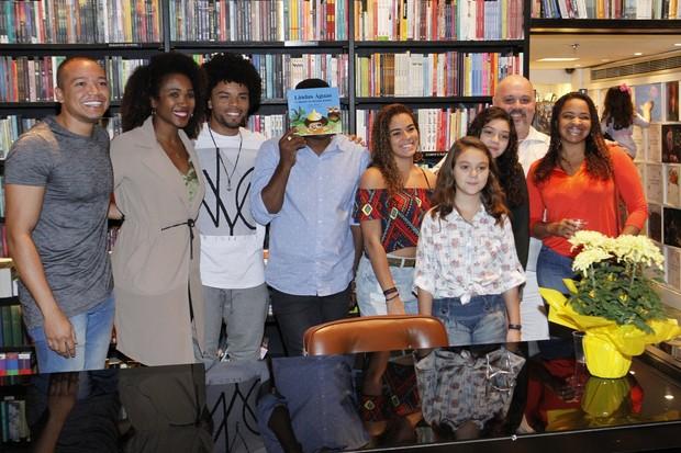 Érico Brás com a mulher, Kênia Maria, à esquerda, e amigos (Foto: Marcos Ferreira/ Ag. Brazil News)