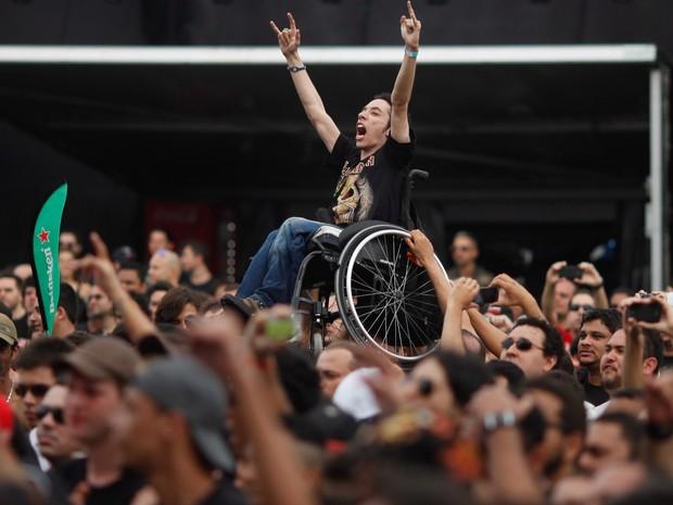 Cadeirante é levantado durante show de André Matos (Foto: Pedro Kirilos/ Agência O Globo)