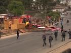 Reintegração de posse tem confronto entre moradores e bombeiros em SP