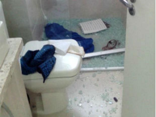 Box do banheiro do apartamento ficou destruído com a explosão (Foto: Divulgação)