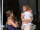 Fofura! Letícia Birkheuer almoça com o filho