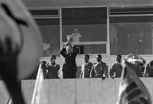 Foto (Foto: O presidente Médici com a taça Jules Rimet, em 1972)