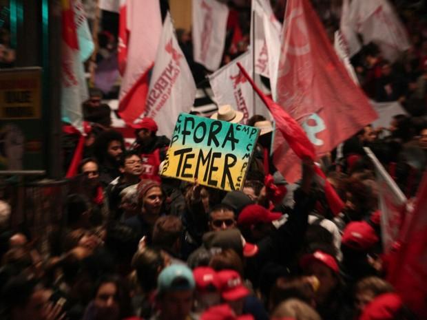 Manifestantes carregam cartazes pedindo a saída de Temer (Foto: Marcelo Brandt/G1)