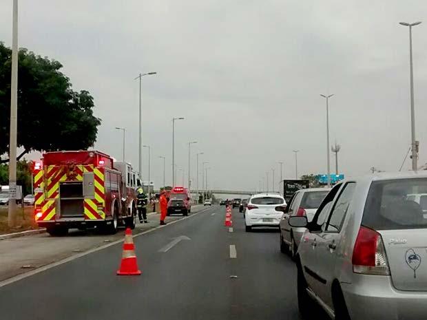 Bombeiros interditam parte da EPTG após acidente com três carros (Foto: Lucas Nanini/G1)