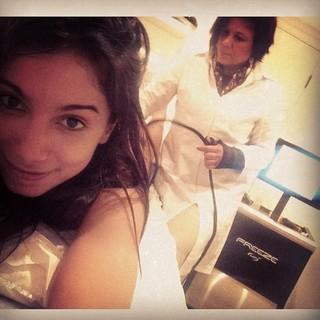 Anitta fazendo tratamento contra a celulite com a madrinha, Lurdinha (Foto: reprodução/Instagram)