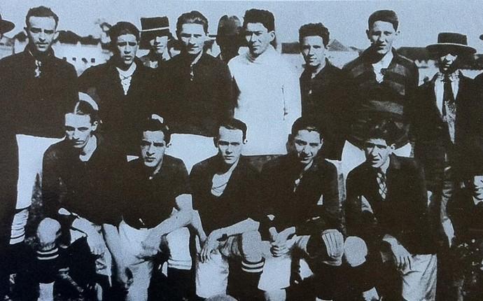 Baixada 100 anos Atlético-PR 1924 uniforme vermelho e preto (Foto: Reprodução/Arquivo Tribuna do Paraná)