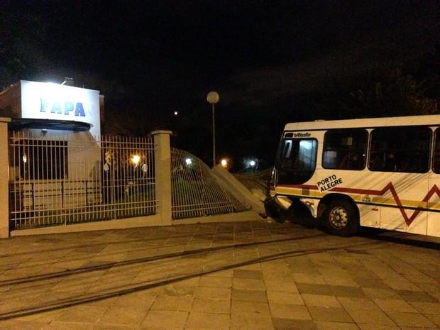 Ônibus bateu e derrubou cerca da Fapa, em Porto Alegre (RS) (Foto: Josmar Leite/RBS TV)