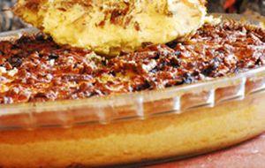 Torta salgada de carne de sol com queijo coalho e tirinhas de cebola