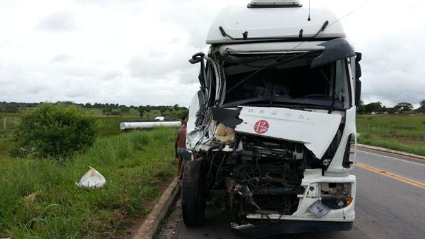 Caminhão cegonha que levava veículos particiou de colisão em BR no RN (Foto: Jorge Talmon/G1)