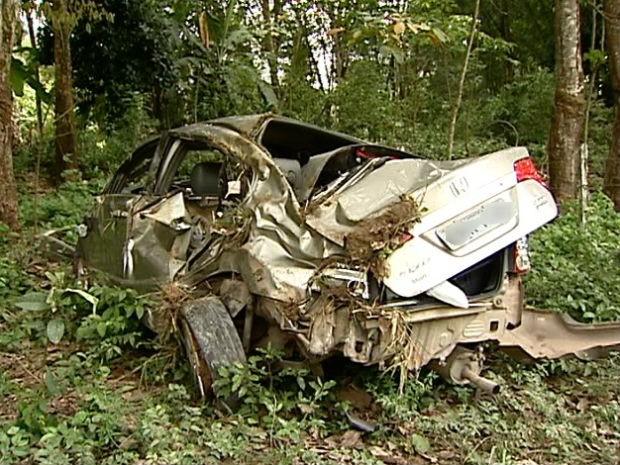 Carro em que a ginasta Eduarda Queiroz seguia ficou destruído (Foto: Carlos Palito/TV Gazeta)